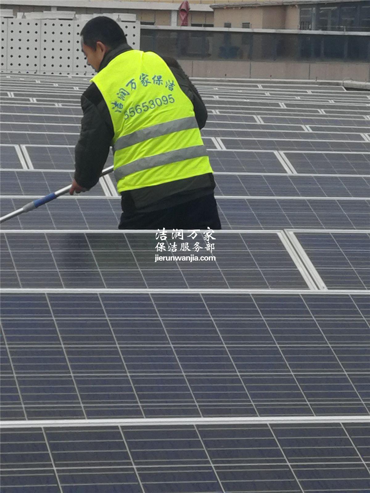 青岛保洁之1688产业园太阳能板清洗